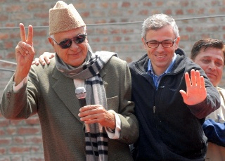 Farooq Abdullah addressing party workers in Srinagar protest